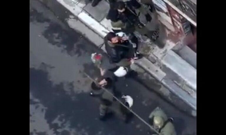 Δολοφονία Γρηγορόπουλου: Αστυνομικός των ΜΑΤ καταστρέφει μπουκέτο με λουλούδια (vid)