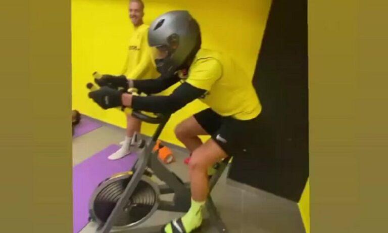 Άρης: Επική ανάρτηση Σάκιτς με κράνος και παντόφλα πάνω σε… στατικό ποδήλατο!