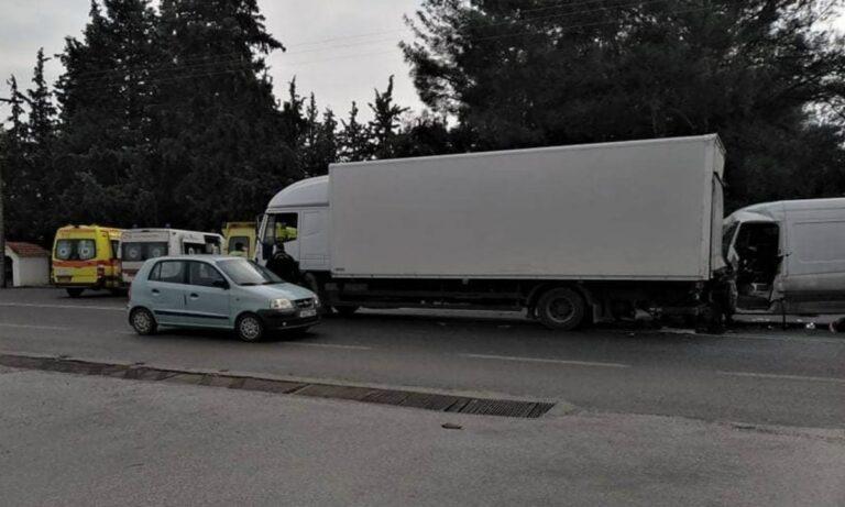 Θεσσαλονίκη: Βαν έπεσε σε φορτηγό της Τροχαίας, νεκρός ο οδηγός