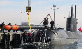 Τουρκία: Φωτογραφίες που κάνουν τον γύρο του διαδικτύου, όχι τυχαία φυσικά, δείχνουν τουρκικό υποβρύχιο 209 (σ.σ. το TCG Gür) να φορτώνεται με βαριές τορπίλες.