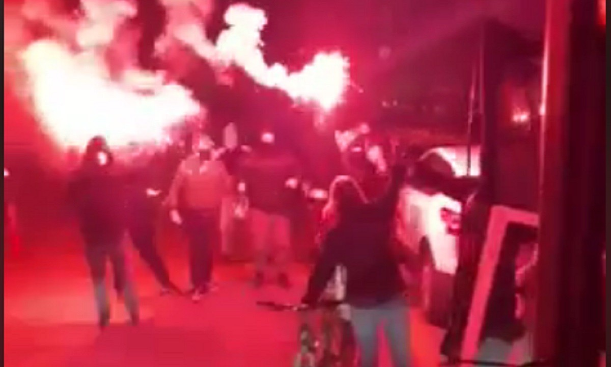 Άρης: Υποδοχή με καπνογόνα στην Αθήνα! (vid)