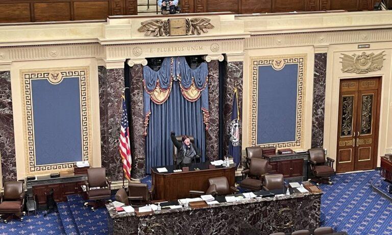 ΗΠΑ: Ιστορική photo – Εισβολέας οπαδός του Τραμπ σε έδρα του Κογκρέσου! (vids)