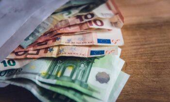 Επίδομα 534 ευρώ: Πότε θα δείτε λεφτά στους λογαριασμούς – Δώρο Χριστουγέννων!