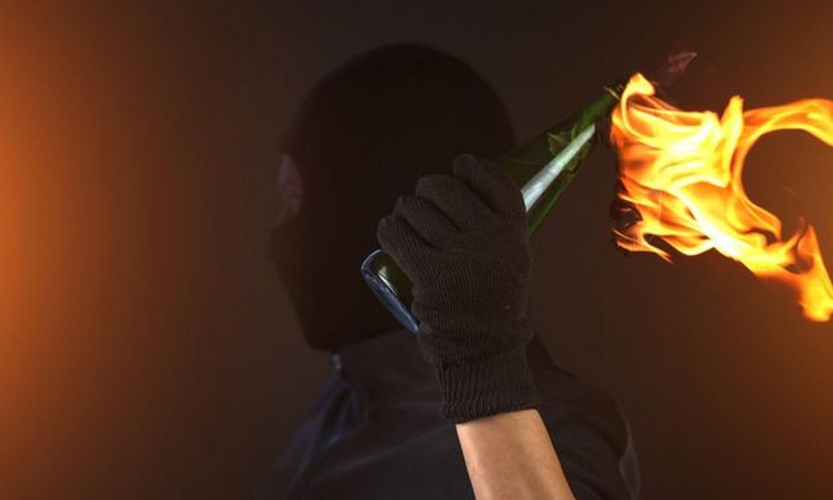 Εκτός ελέγχου τα οπαδικά επεισόδια: Μολότοφ σε ανοιχτή πιτσαρία – «Θα καείτε όλοι»!