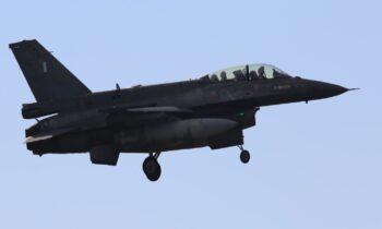 F-16: Ολοκληρώθηκε νωρίς το μεσημέρι της Κυριακής η διάρκειας 61 λεπτών πτήση του του «005» στα χειριστήρια του οποίου βρέθηκε Αμερικανίδα (με καταγωγή από την Χαβάη) χειριστής.