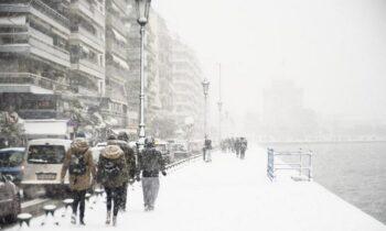 Θεσσαλονίκη: Έστειλε μήνυμα για τους αστέγους πάνω στο χιόνι!(pic)