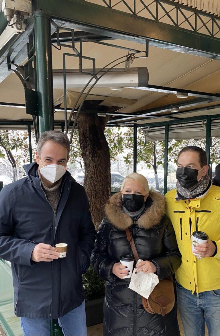 Χιονιάς: Ο Κυριάκος Μητσοτάκης πίνει ανέμελος εσπρεσάκι στο Κολωνάκι τη στιγμή που η χώρα πλήττεται από σφοδρή κακοκαιρία