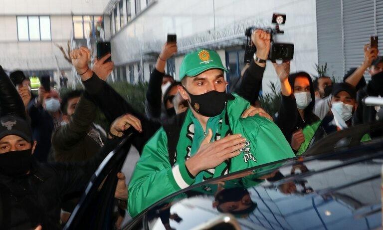 Παναθηναϊκός: Έφτασε ο Χεζόνια, «πράσινη» υποδοχή από τους οπαδούς