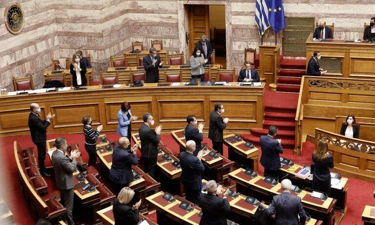 Νομοσχέδιο Κεραμέως: Πέρασε με 166 ψήφους – Σφοδρή αντιπαράθεση Τσίπρα – Μητσοτάκη (vids)