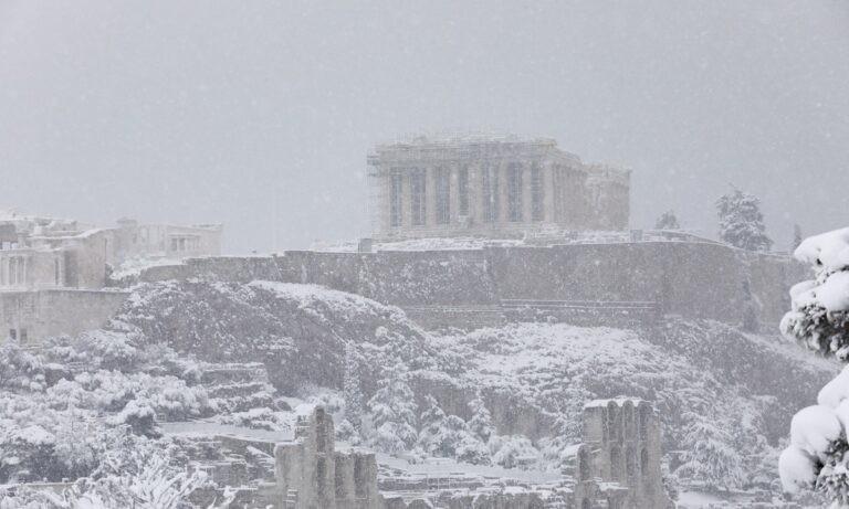Μήδεια: Εντυπωσιάζει ο χιονισμένος Παρθενώνας (pics)