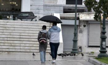 Καιρός: Θα χαλάσει και πάλι ο καιρός τις επόμενες ημέρες καθώς σύμφωνα με τους μετεωρολόγους θα έχουμε βροχές και πτώση της θερμοκρασίας.