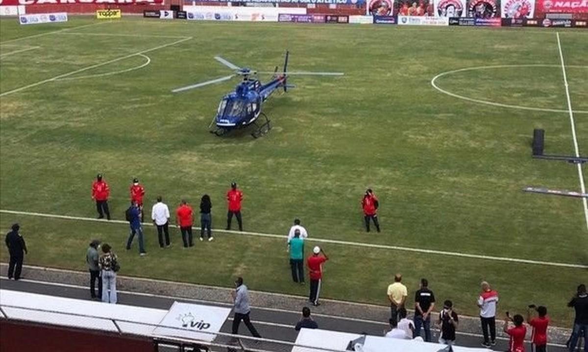 Βραζιλία: Άπιστευτο-Ελικόπτερο με εμβόλια προσγειώθηκε στο γήπεδο! (vid)