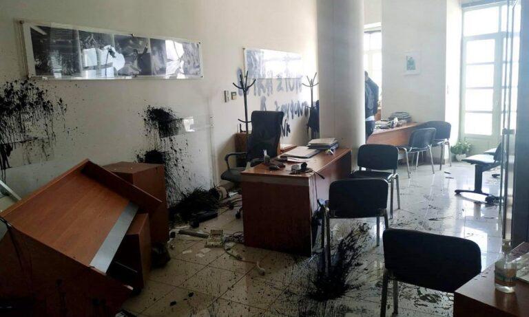 Αυγενάκης: «Γυαλιά-καρφιά» το γραφείο του από αναρχικούς! – «Κατευθυνόμενη ενέργεια», δήλωσε