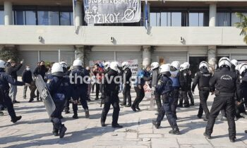 Μεγάλη ένταση και επεισόδια ανάμεσα σε δυνάμεις των ΜΑΤ και φοιτητές έξω από το κτίριο διοίκησης του ΑΠΘ στη Θεσσαλονίκη.