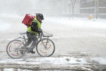 Η Μήδεια είναι εδώ και χτυπά τη χώρα από άκρη σε άκρη, χιόνια πέφτουνε παντού! Το delivery φαγητου στα χιόνια ομως ειναι ιδιαίτερη περίπτωση.
