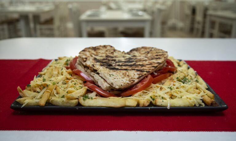 O έρωτας περνάει από το στομαχάκι στο «Καλαμάκι Ζυμαράκι»
