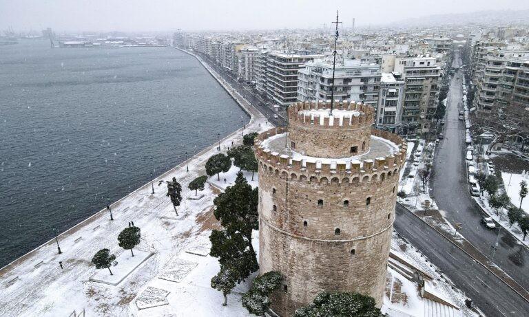 «Μήδεια» – Θεσσαλονίκη: Πέταξε τα ρούχα της στην Τσιμισκή και άρχισε να περπατάει γυμνή στα χιόνια (pics)