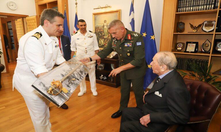 Ένοπλες Δυνάμεις: Έλληνας βετεράνος δώρισε 23 εκατ. ευρώ και 60 αποβατικά