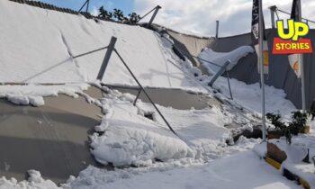 Κακοκαιρία Μήδεια: «Πληγές» αφήνει πίσω της η σφοδρή χιονόπτωση. Παράδειγμα η μεγάλη καταστροφή που σημειώθηκε σε βενζινάδικο στο Χαϊδάρι.