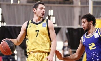 Ο Δημήτρης Φλιώνης είναι γέννημα-θρέμμα του Άρη με τον οποίο έκανε ντεμπούτο σε ηλικία 18 ετών στη Basket League. Η φετινή είναι η έβδομη σεζόν του με τα κιτρινόμαυρα σε επαγγελματικό επίπεδο και είναι πια ο αρχηγός της ομάδας του Άρη.