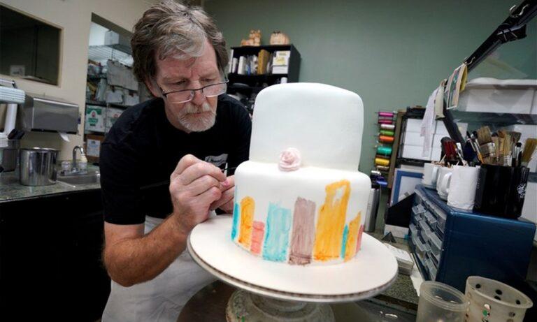 ΗΠΑ: Ο αρτοποιός που αρνήθηκε να φτιάξει τούρτα σε ομοφυλόφιλο ζευγάρι έχει και πάλι μπλεξίματα!