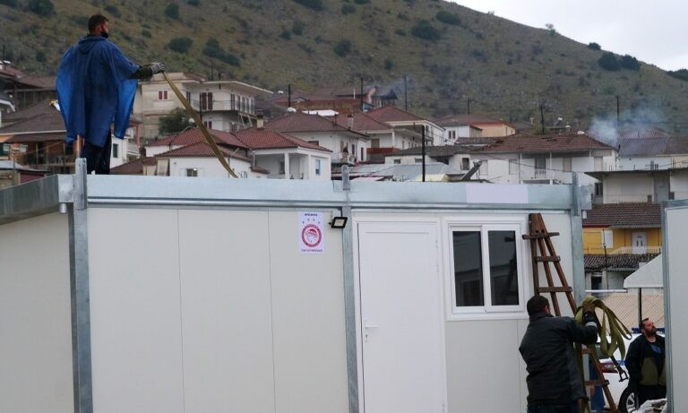 Ο Ολυμπιακός και ο Βαγγέλης Μαρινάκης στέκονται δίπλα στους κατοίκους στο Δαμάσι Τυρνάβου, όπου παραδόθηκαν και οι τελευταίοι οικίσμοί.