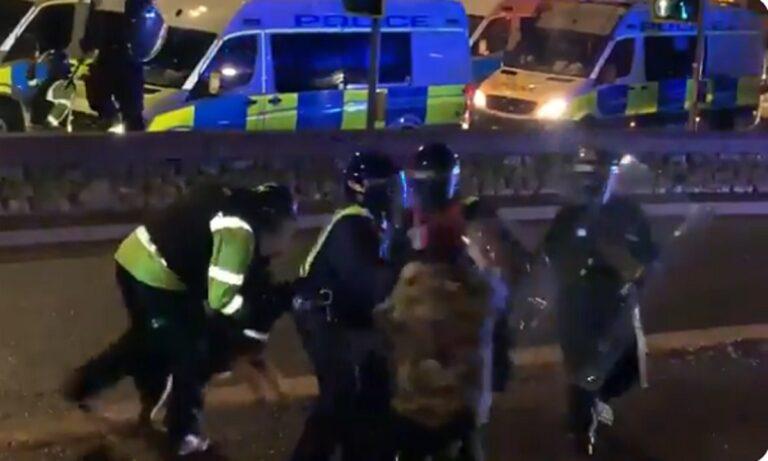 Απίστευτο: Σκύλος της αστυνομίας δαγκώνει αστυνομικό για να «σώσει» διαδηλωτή! (vid)