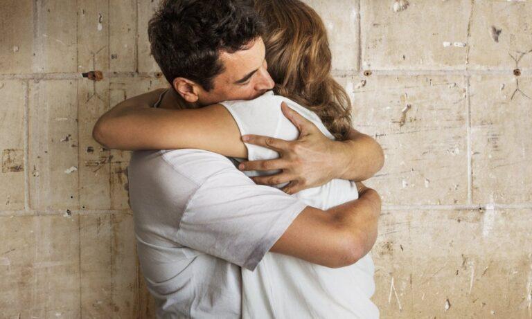 Βιομηχανία με αγκαλίτσες: Μια γυναίκα αποκάλυψε πώς πληρώνει έναν ξένο για να την αγκαλιάσει παρά το γεγονός ότι είναι παντρεμένη.