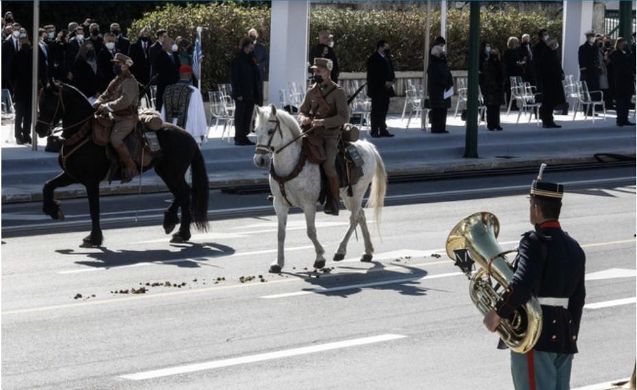 Η παρέλαση για τον εορτασμό των 200 χρόνων από την Ελληνική Επανάσταση ήταν μεγαλοπρεπής, όμως δεν έλειψε και ένα απρόοπτο με ένα άλογο.