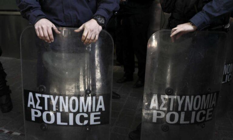 Αστυνομική βία: Η στιγμή της απρόκλητης επίθεσης σε καφετέρια στο Γαλάτσι (vid)