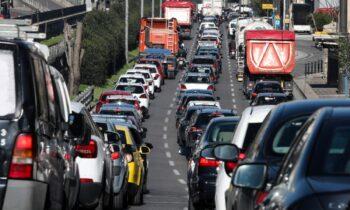 Η Αττική Οδός έχει... φρακάρει από μεγάλο μποτιλιάρισμα. Το ρεύμα προς το αεροδρόμιο έχει πολύ μεγάλη κίνηση οπότε οι οδηγοί θα πρέπει να οπλιστούν με υπομονή.