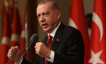Ο Ερντογάν κυβερνά την Τουρκία με έναν αυταρχικό, δικτατορικό τρόπο τον οποίο προσπαθεί να κρύψει πίσω από ένα με ανθρωπιστικό «μακιγιάζ».