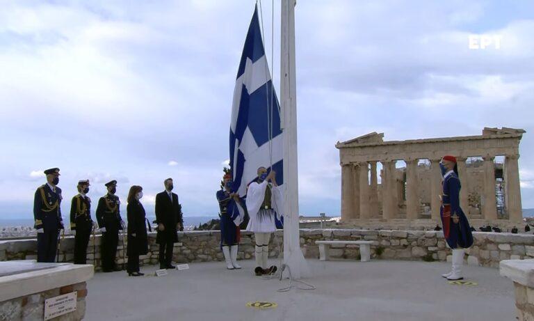 25η Μαρτίου: Η έπαρση της σημαίας στον Ιερό Βράχο της Ακρόπολης (vid)