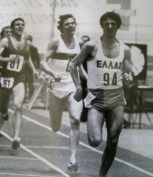 Σαν σήμερα το 1972 Σπήλιος Ζαχαρόπουλος κατέλαβε τη δεύτερη θέση στους 3ους πανευρωπαϊκούς κλειστού στίβου στο Γκρενόμπ, στα 1500μ..