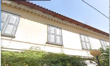 Περιοχή Βοτανικός, στην οδό Πέλλης, αριθμός 9, θα δείτε ένα παλιό κτίριο. Υπάρχει ακόμα και σήμερα ένα κτίριο που παραπέμπει σε παλιότερες εποχές της Αθήνας.