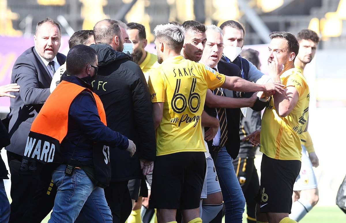 Άρης-ΑΕΚ: Ένταση για μερικά επικράτησε στο «Βικελίδης» μετά το τέλος του αγώνα της 3ης αγωνιστικής των πλέι οφ της Super League.