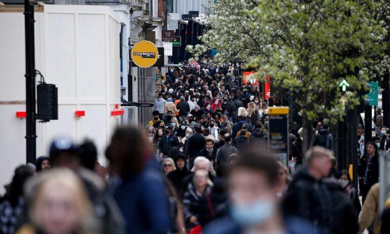 Αγγλία: Απίστευτες εικόνες και «κοσμοπλημμύρα» μετά το άνοιγμα των μαγαζιών (pics)