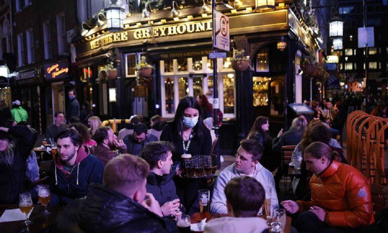 Αγγλία: Άνοιξαν παμπ, γυμναστήρια και κομμωτήρια – «Χαμός» παρά το κρύο (pics+vid)