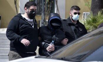 Στη γυναικεία πτέρυγα της Γενικής Αστυνομικής Διεύθυνσης Αττικής κρατείται ο Μένιος Φιουρθιώτης ο οποίος συνελήφθη την Τετάρτη (28/4).