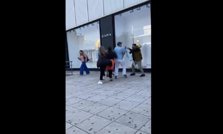 Γλυφάδα: Ξύλο και βρισιές μεταξύ γυναικών έξω από κατάστημα – «Φύγε από εδώ μωρή παλιο…» (vid)