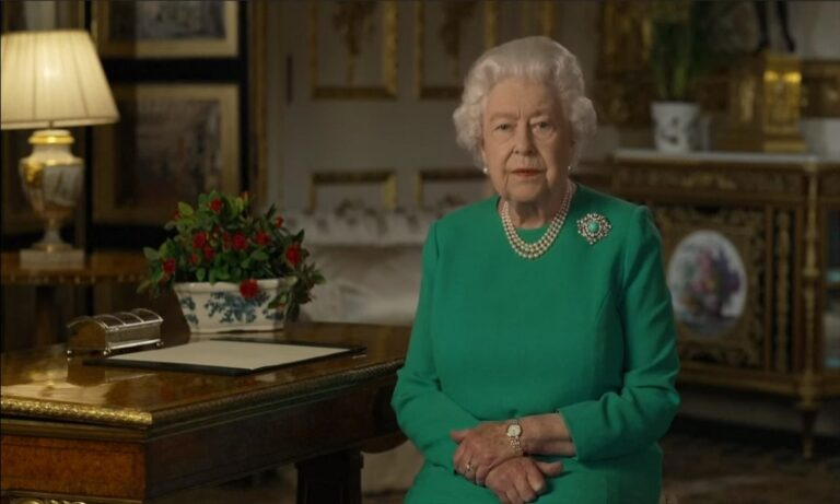 Viral έγινε η φωτογραφία με τη βασίλισσα Ελισάβετ να γελά μπροστά από τον πρίγκιπα Φίλιππο (pic)