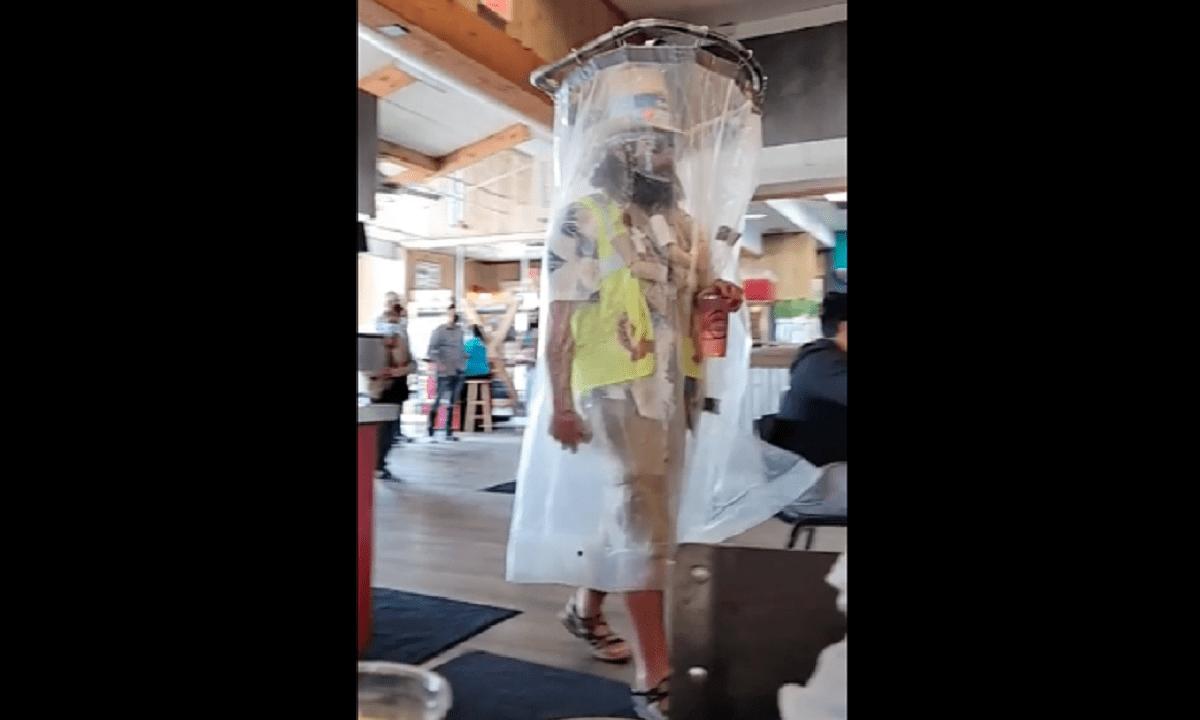 Viral: Άντρας φόρεσε κουρτίνα του ντους αντί για μάσκα (pic)