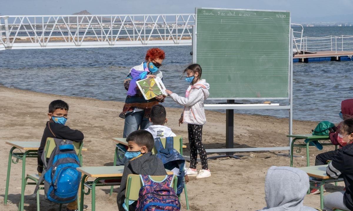 Ισπανία – Απίστευτο: Έκαναν… σχολείο την παραλία (pics)