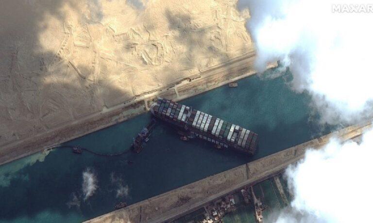 Σουέζ: Πλοίο με ελληνική σημαία μπλόκαρε ξανά τη διώρυγα