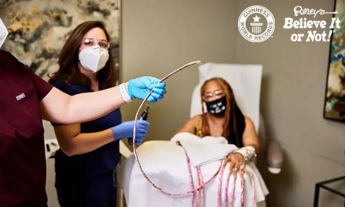 Τέξας: Η στιγμή που η γυναίκα με τα μεγαλύτερα νύχια στον κόσμο τα… κόβει (vid)