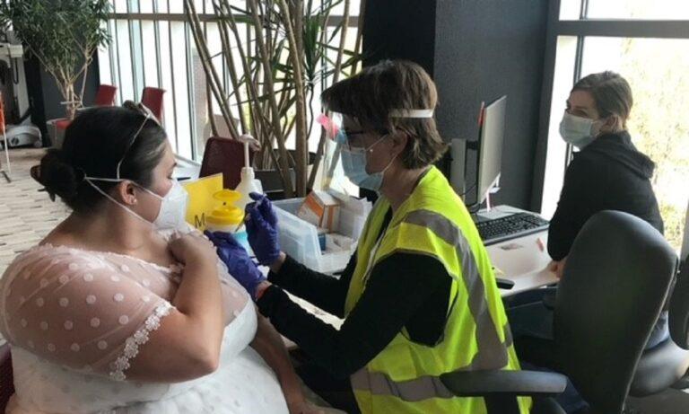 Κορονοϊός: Γυναίκα πήγε να κάνει εμβόλιο φορώντας… νυφικό (pic)