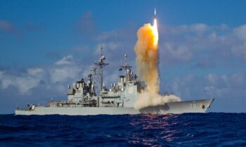 Lockheed Martin: Πετάει η μετοχή της εταιρείας μετά το συμβόλαιο που κέρδισε η εταιρία για το νέο AEGIS του αμερικανικού Πολεμικού Ναυτικού.