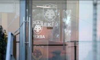 Η ΑΕΚ μπορεί να προγραμματίζει και να κάνει επαφές για τη νέα σεζόν, αλλά δεν θέλει επουδενί να βάλει… μπουρλότο στην φετινή.