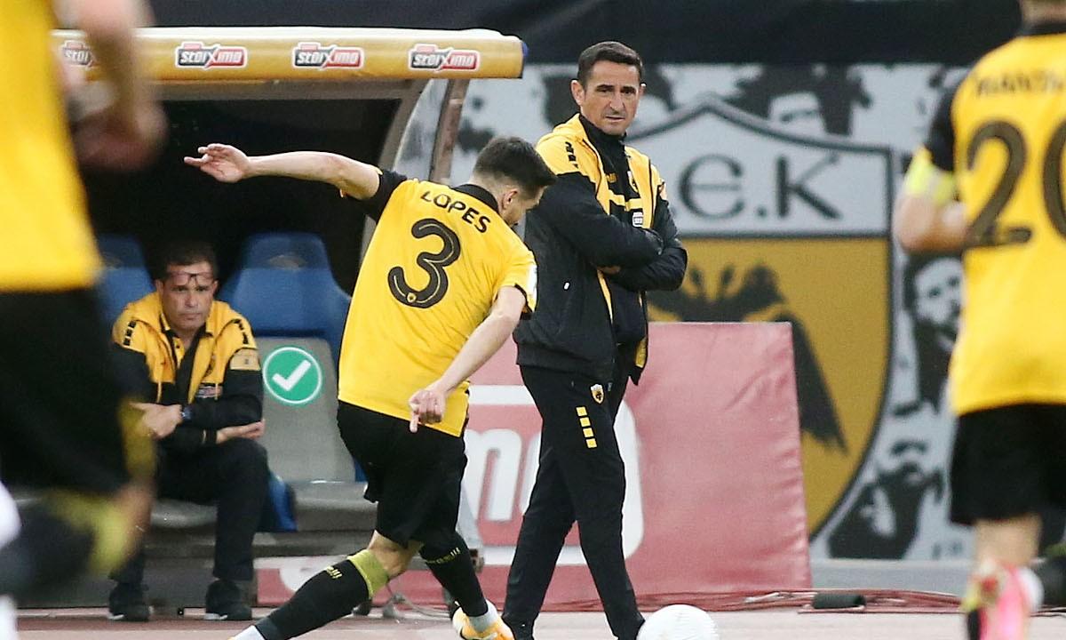 Χιμένεθ στους παίκτες της ΑΕΚ στον πίνακα τακτικής «Είμαι περήφανος για εσάς»