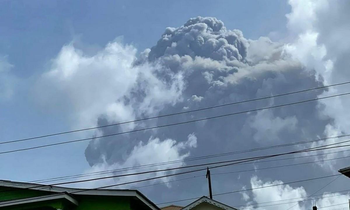 Άγιος Βικέντιος: Εξερράγη ηφαίστειο – Μόνο οι εμβολιασμένοι έχουν δικαίωμα να φύγουν